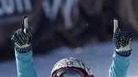Snowboardkrosařka Eva Samková slaví zisk pátého místa na MS v La Molině. Štěstí v malém finále přinesl i fixou namalovaný knírek.