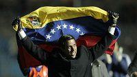 Venezuelský kouč César Farías s vlajkou své země nad hlavou slaví historickýn postup do semifinále.