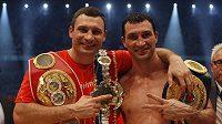 Vladimir Kličko (vpravo) oslavuje se svým bratrem Vitalijem tituly organizací WBO a IBF po nedávné výhře k.o. nad Eddiem Chambersem.