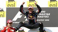 Mark Weber oslavuje vítězství ve Velké ceně Maďarska. Na druhém místě skončil Fernando Alonso (vlevo).