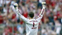Gólman Bayernu Mnichov Manuel Neuer se raduje z gólu svých spoluhráčů při kanonádě proti Hamburku.