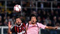 Gennaro Gattuso z AC Milán (vlevo) v souboji s hráčem Palerma Javierem Pastorem