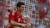 Mario Gomez (vlevo) z Bayernu Mnichov se raduje se spoluhráčem Bastianem Schweinsteigerem z gólu proti Freiburgu.