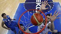 Paul Gasol dává koš na ME basketbalistů v Litvě