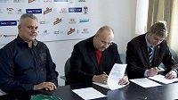 Robert Změlík, Jaroslav Starka a Petr Větrovský při podpisu smlouvy se sázkovou kanceláři Startip.