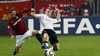Sparťan Manuel Pamič (vlevo) v souboji s Dirkem Kuijtem z Liverpoolu.