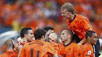 Fotbalisté Nizozemska se radují po gólu, který Arjen Robben (uprostřed) vstřelil Slovákům.