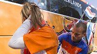 Wesley Sneijder (vpravo) podepisuje dres fanynce nizozemského týmu v Johannesburgu.