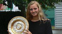 Tenistka Petra Kvitová s trofejí pro vítězku Wimbledonu