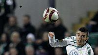 Jan Šimůnek v dresu Wolfsburgu (vpravo) bojuje o míč s Alexandrem Bucharovem z Rubinu Kazaň.
