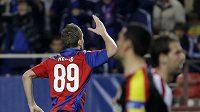 Tomáš Necid v dresu CSKA Moskva oslavuje vstřelený gól v odvetném duelu osmifinále Ligy mistrů na hřišti Sevilly.