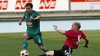 Ilustrační foto: Budějovický Grigori Čirkin se snaží vypíchnout míč příbramskému Tarczalovi.