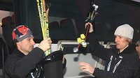 Lyžaři Milan Šperl (vpravo) a Jiří Magál před odletem do Kanady.