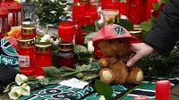 Květiny, šály Hannoveru a svíčky pokládají fanoušci na místo klubového sídla Hannoveru, aby uctili památku Roberta Enkeho.