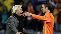 Nizozemský útočník Robin van Persie (vpravo) se raduje s trenérem Bertem van Marwijkem.