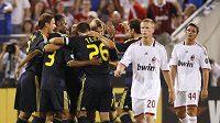 Fotbalisté Chelsea (v černém) se radují z gólu Jurije Žirkova do sítě AC Milán