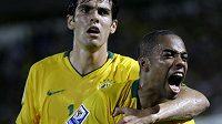 Brazilec Robinho (vpravo) oslavuje se svým spoluhráčem Kaká branku do sítě Paraquaye v kvalifikačním utkání o postup na MS v JAR.