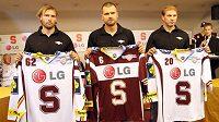 Hokejisté Sparty (zleva) Tenkrát, Broš a Ton s dresy klubu pro sezónu 2011/12