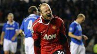 Wayne Rooney se raduje z gólu do sítě Rangers.