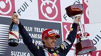 Sebastian Vettel oslavuje vítězství ve Velké ceně Japonska