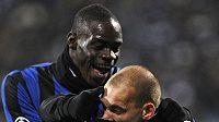 Wesley Sneijder (vpravo) a Mario Balotelli z Interu Milán se radují z branky.