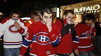 Fanoušci Montrealu si zakrývají obličeje poté, co policie použila proti rabujícím slzný plyn