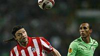 Český obránce Tomáš Ujfaluši (vpravo) kontroluje míč před dotírajícím Liedsonem ze Sportingu Lisabon.