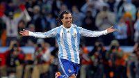 Argentinský útočník Carlos Tévez se raduje z branky.