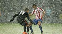 Fotbalista Bayeru leverkusen Nicolai Joergensen (vlevo) se snaží obejít Raula Garciu z Atletika Madrid v utkání Evropské ligy.