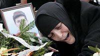 Matka Nodara Kumaritashviliho u hrobu svého syna.