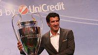 Luis Figo s pohárem pro vítěze Ligy mistrů