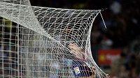 Špílmachr Barcelony Lionel Messi se houpe v síti Osasuny.