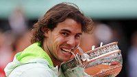 Rafael Nadal a jeho zákus tentokrát do poháru z Wimbledonu..