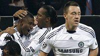 Radost fotbalistů Chelsea z gólu Salomona Kaloua (vlevo). V neděli by ji chtěli zažívat i po utkání s Wiganem.