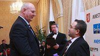 Ministr školství, mládeže a tělovýchovy Josef Dobeš předává ocenění Janu Bobrovskému