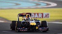 Sebastian Vettel míří s prázdným zadním kolem do boxů v Abú Zabí.