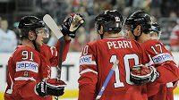 Kanadští hokejisté Steve Stamkos (vlevo), Corey Perry (uprostřed) a Rene Bourque se radují z branky na MS v Německu.