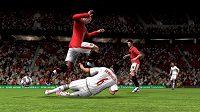 FIFA 10 umožní tvrdou hru, ale chytří hráči se sestřelit nenechají.