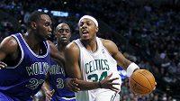 Basketbalista Bostonu Paul Pierce (34) se probíjí přes hráče Minnesoty Ala Jeffersona. (ilustrační foto)
