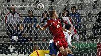 Jan Chramosta (v červeném) posílá míč do sítě Angličanů a zajišťuje postup české jednadvacítky do semifinále ME.