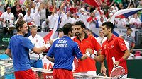 Zleva čeští tenisté Tomáš Berdych a Radek Štěpánek si po vítězství podávají ruce se soupeři Nenadem Zimonjičem a Novakem Djokovičem ze Srbska.