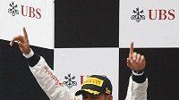 Pilot McLarenu Lewis Hamilton se raduje z vítězství ve Velké ceně Číny.