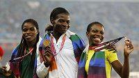 Teprve devatenáctiletá Folashade Abuganová (zcela vlevo) musela vrátit stříbrné medaile.