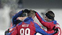 Tomáš Necid (zády) oslavuje se spoluhráči z CSKA Moskva vstřelený gól v utkání Evropské ligy proti Lausanne.