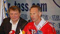Český brankář Dominik Hašek odpovídá na otázky novinářům krátce poté, co podepsal smlouvu s moskevským Spartakem.