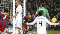 Bezradní fotbalisté Realu Madrid při gólu Pedra z Barcelony (uprostřed).