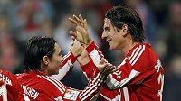 Mario Gomez (vpravo) a Danijel Pranjič z Bayernu Mnichov se radují z branky.