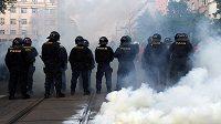 Policisté dohlížejí na řádění fotbalových fanoušků