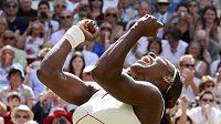 Serena Williamsová při loňské oslavě čtvrtého triumfu ve Wimbledonu.