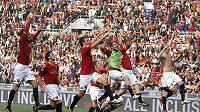 Fotbalisté AS Řím po skončení zápasu proti Bergamu slaví postup na první místo tabulky italské ligy.